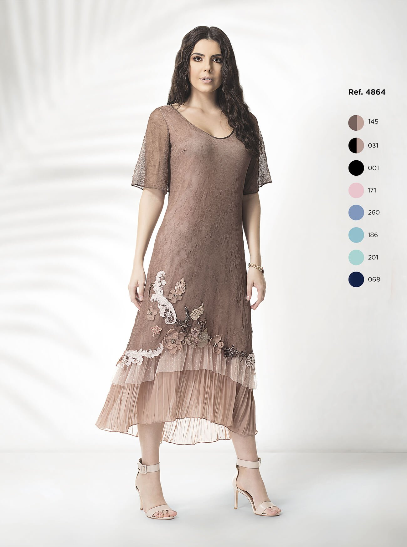 Vestido midi em tela com babados e aplicação de rendas e flores