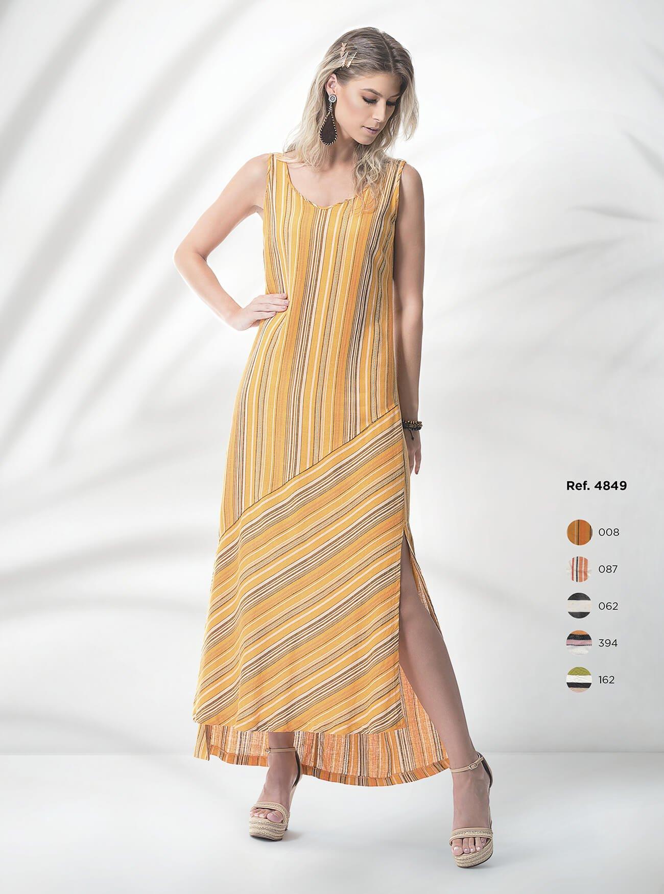 Vestido longo listrado com recorte e fenda na lateral de linho
