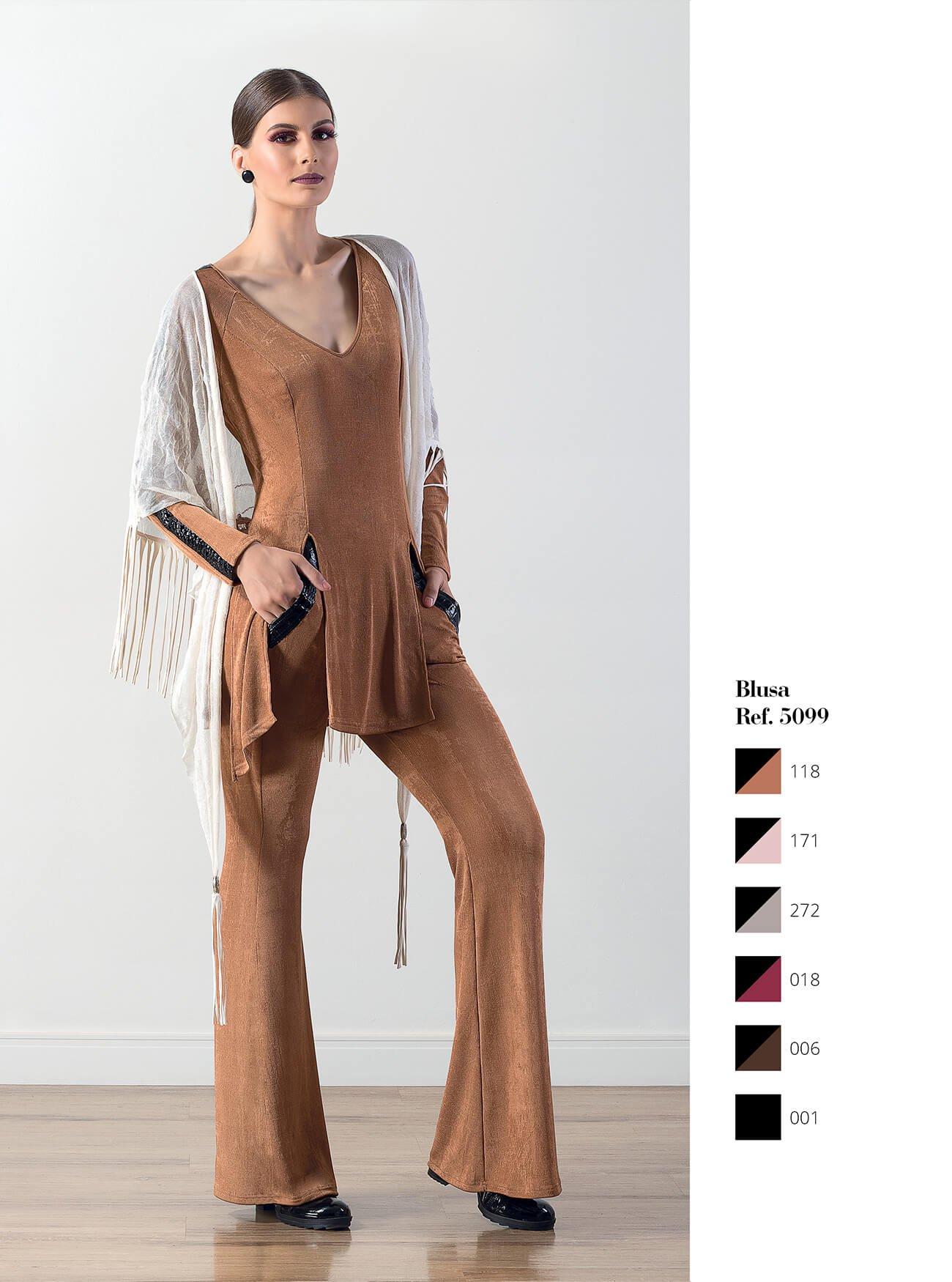 Blusa com detalhe em couro fake