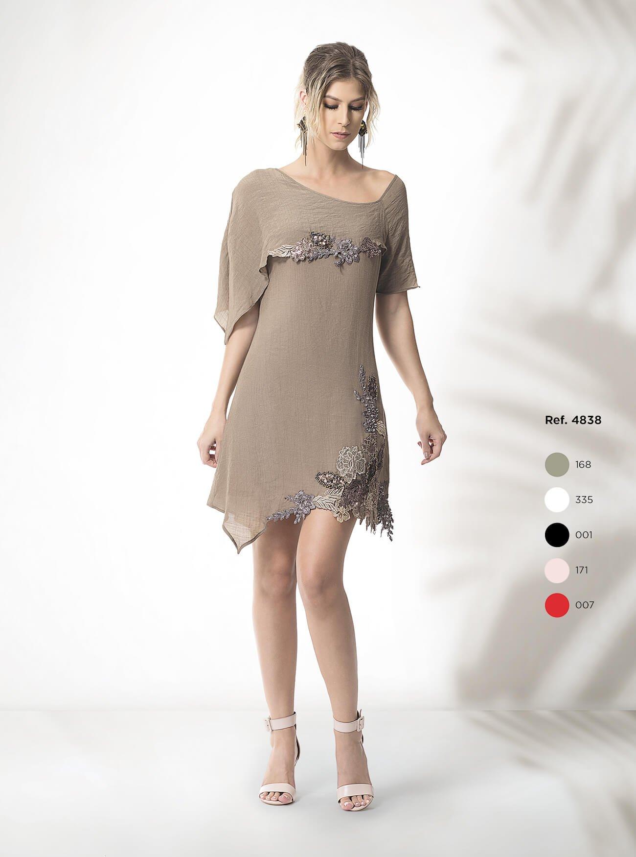 Vestido curto assimétrico com detalhes
